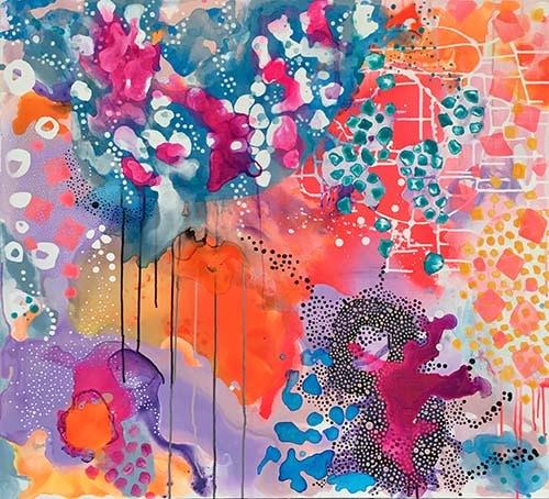 Stort abstrakt maleri med mange lag og stærke farver