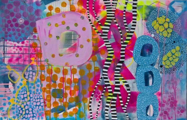 Abstrakt maleri med mange nuancer af lyserød, orange, gul og blå