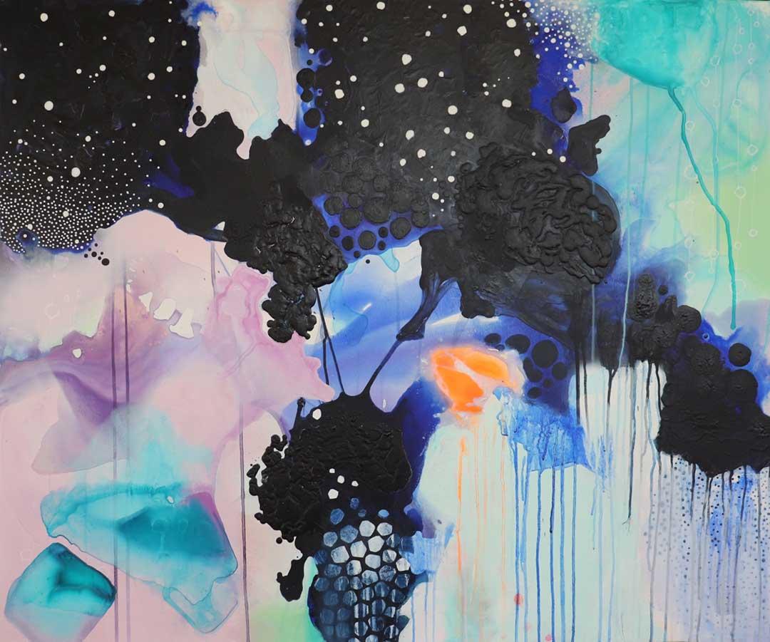 Abstrakt maleri med mange nuancer af lyserød, turkis og dyb mørk blå